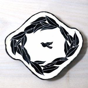 要 美紀  お茶の葉と小鳥皿(黒) プレート