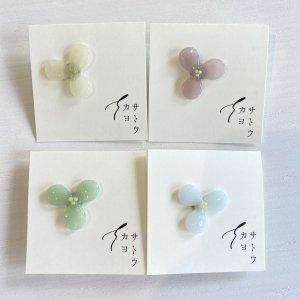 サトウカヨ 3枚花のピンブローチ