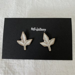 fuji-gallery 葉のピアス/イヤリング(白)