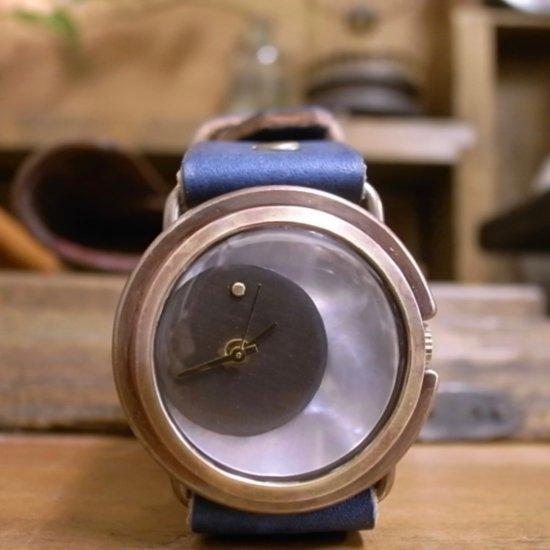 月をモチーフにした腕時計