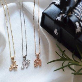 『Lono』定番だけど華やかな印象になれるプルメリアのイニシャルネックレス(イエローゴールド)の商品画像