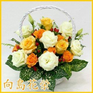 (誕生日・お祝い)バラとトルコキキョウのホワイトバスケット