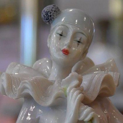佇まいに品があるオブジェ スラっと美しく優雅な立ち姿 飾り物 フィギュア 置き物 ピエロ 樹脂 フランス アンティーク