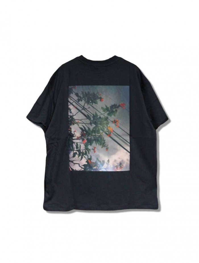 <img class='new_mark_img1' src='https://img.shop-pro.jp/img/new/icons5.gif' style='border:none;display:inline;margin:0px;padding:0px;width:auto;' />ESSENTIALS BOXY PHOTO SERIES T-SHIRT / バックボクシーフォト プリントTシャツ BLK