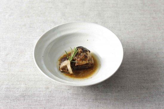 小豆島で自然放牧された豚バラ肉の白ワイン煮込み